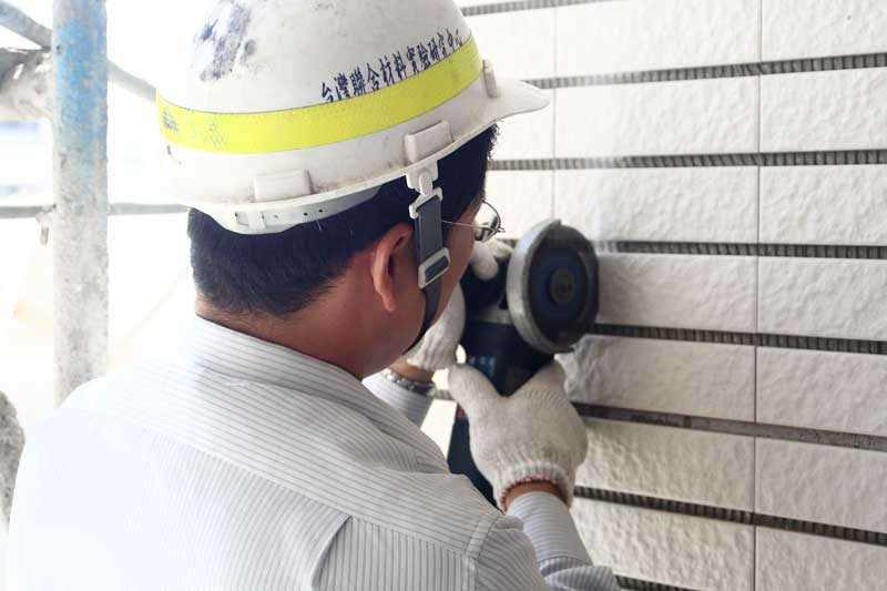 外牆二丁掛拉拔測試(3)  以電鋸切割測試區塊