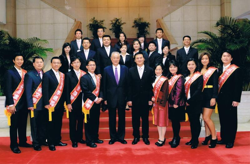 2010與十大傑出青年及立法院吳敦義院長合照