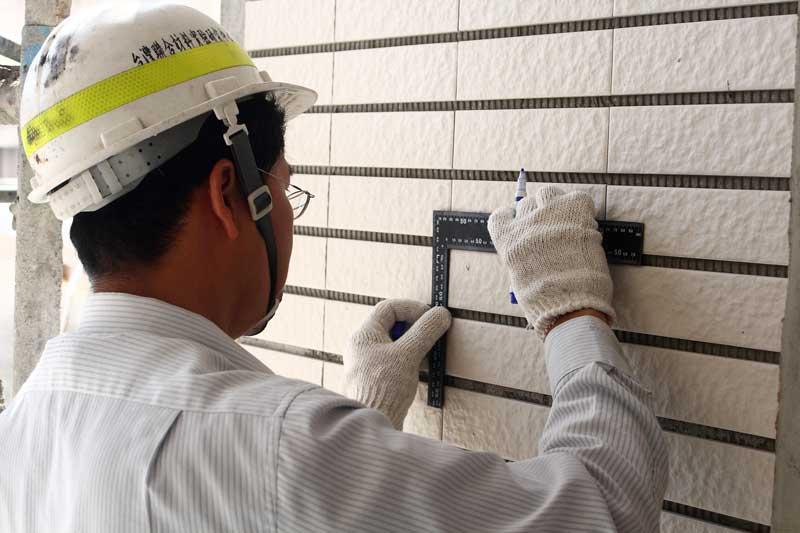 外牆二丁掛拉拔測試(1)  工程師先測繪截斷區塊